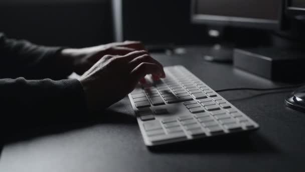 ženské ruce moderní počítačová klávesnice