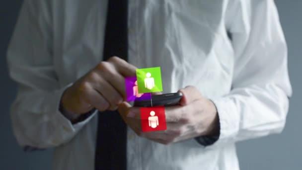 Geschäftsmann mit Smartphone für social-Networking. Hände scrollen und den Bildschirm mit animierten Verbindungssymbole taping