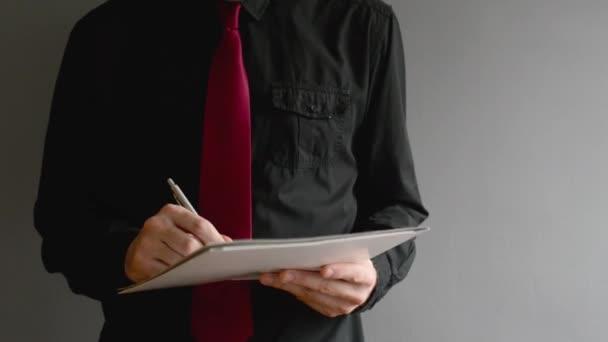 podnikatel podepisování projektové dokumentace. zblízka střílel s selektivní pozornost. obchodní situace