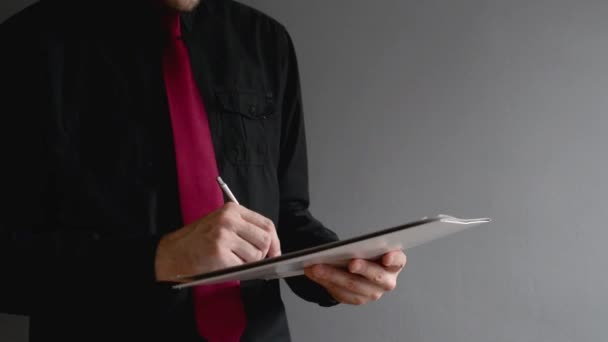 podnikatel podepisování projektové dokumentace. obchodní situace