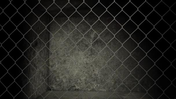 alte verlassene Lagerhalle mit Maschendrahtzaun — Stockvideo ...