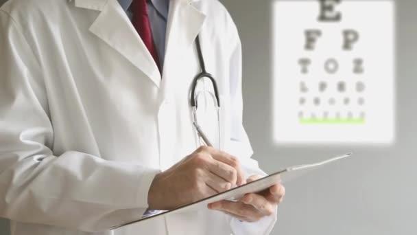 mužské oftalmolog doktor psaní předpis pro pacienta po vyšetření očí