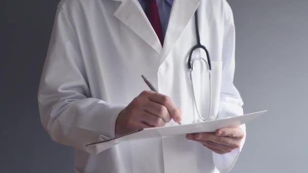 männliche Arzt schreibt rx Rezept im Stehen. Gesundheitsexperten schreiben.