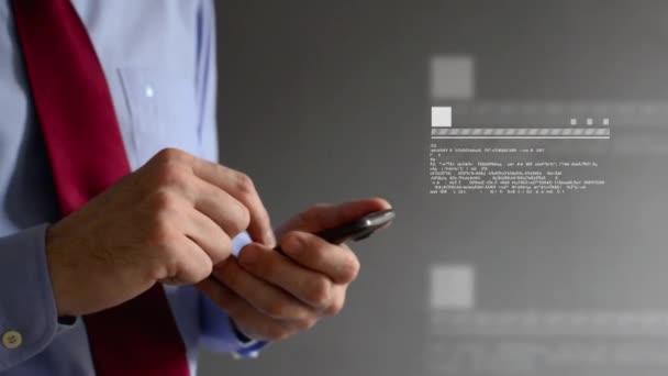 podnikatel tejpování textovou zprávu na jeho smartphone. pomocí moderní technologie pro komunikaci a obchodní úkol organizovat