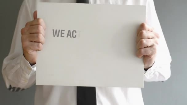 üzletember holding papír karton címmel elfogadjuk bitcoins