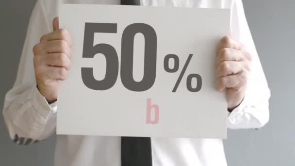 prodavač držení prodej značky s cenou prodejní slevu 50 %. koncept konzumu, promočních aktivit maloobchodu obchodě