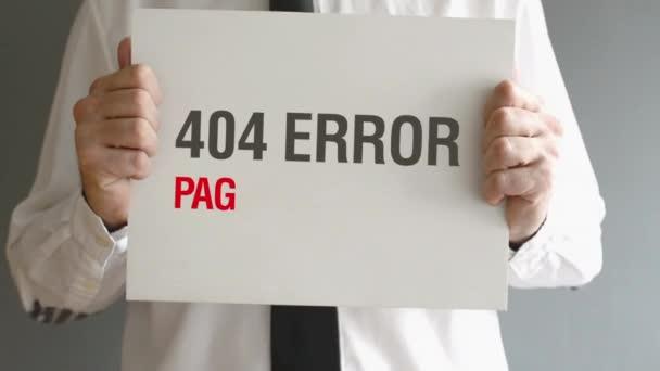 podnikatel drží papír s Chyba 404 - Stránka nenalezena titul. Internet koncept