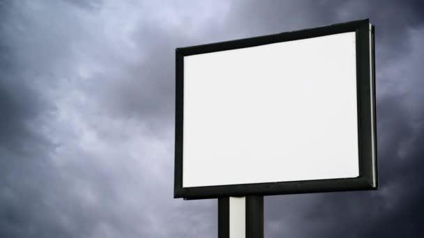 prázdné billboard s prázdnou obrazovkou nad mrak časová prodleva