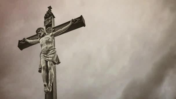 keresztre feszítés. keresztény határokon át viharos felhők Időközű Jézus Krisztus-szobor