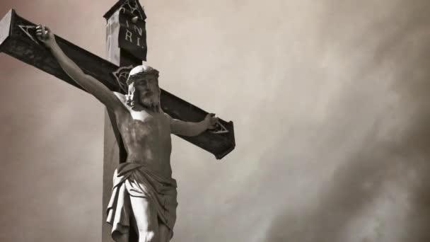 keresztre feszítés. keresztény határokon át viharos felhők Időközű Jézus Krisztus-szobor.