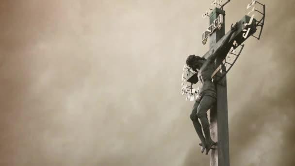 ukřižování. křesťanský kříž s Socha Ježíše Krista za bouřlivých mračen časová prodleva.