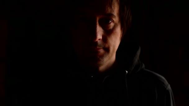 smutný muž, pokrývající obličej rukama a plakat v zoufalství. Chronická deprese, smutek, smutek, smutek, melancholie, sténání koncept. 1920 x 1080, 1080p hd záběry.