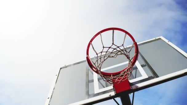 kosárlabda hoop a ketrec felhők idő telik felvételeket a háttérben. 1920 x 1080, 1080p, hd felvétel.