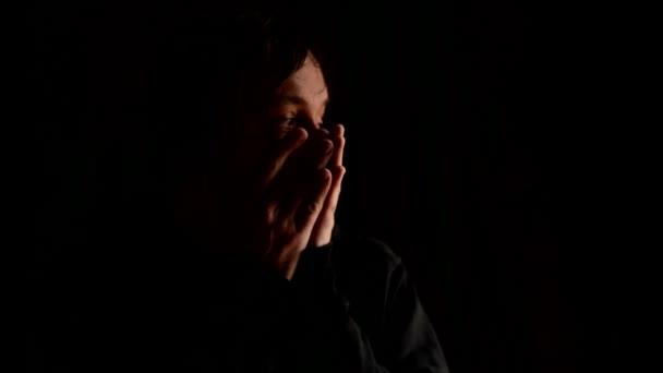 Chronická deprese, smutek, smutek, smutek, melancholie, sténání koncept. smutný muž, pokrývající obličej rukama a plakat v zoufalství. 1920 x 1080, 1080p hd záběry.