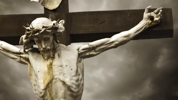 Ježíš Kristus ukřižován. ukřižování. křesťanský kříž s Socha Ježíše Krista za bouřlivých mračen časová prodleva. 1920 x 1080, 1080p hd formátu
