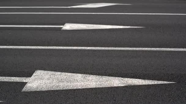 auta křížení silnice. jedno-pásmový provoz. auta v pohybu. zaměřit se na bílé čáry a šipky jako silniční značky a pneumatik automobilů. rušný pouliční život. 1920 x 1080, 1080p, hd, vysoké rozlišení videa