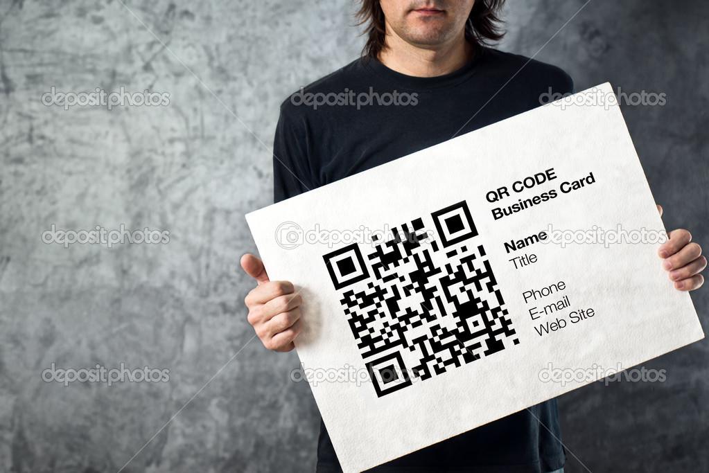 Homme Tenant Qr Code Carte De Visite Avec Des Donnees A Caractere Personnel Concept Technologique Moderne Image