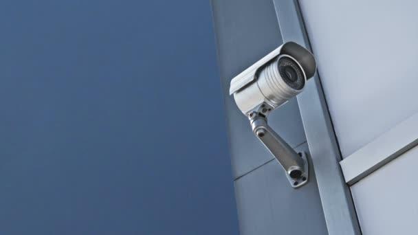 CCTV kamery. bezpečnostní kamery na zdi. ochrana soukromého vlastnictví. 1920 x 1080, 1080p hd záběry