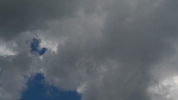 čas zanikla záběry z modré oblohy s mraky rychle pohybující se napříč. 1920 x 1080, 1080p hd formátu