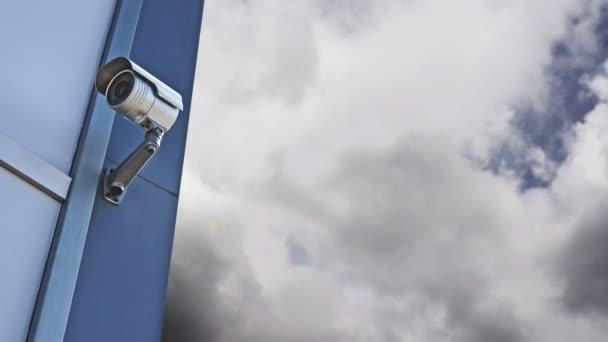 CCTV kamera. biztonsági kamera a falra. magántulajdon védelme. 1920 x 1080, 1080p, hd felvétel.