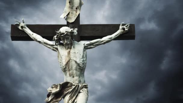 keresztre feszítés. keresztény kereszt Jézus Krisztus-szobor fölött sötét felhők idő telik el. 1920 x 1080 full hd formátumban