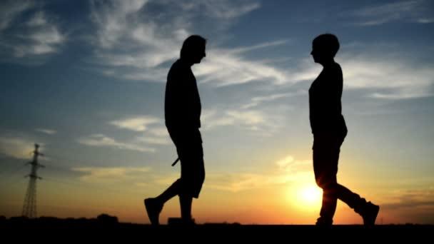 nő fordult az ember, hogy elhaladt vele az utcán a naplemente, és vigyázott rá. 1920 x 1080 teljes hd felvétel