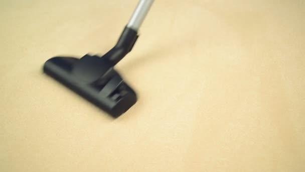 aspirador de pó, varrendo o tapete novo. higiene do trabalho doméstico e casa