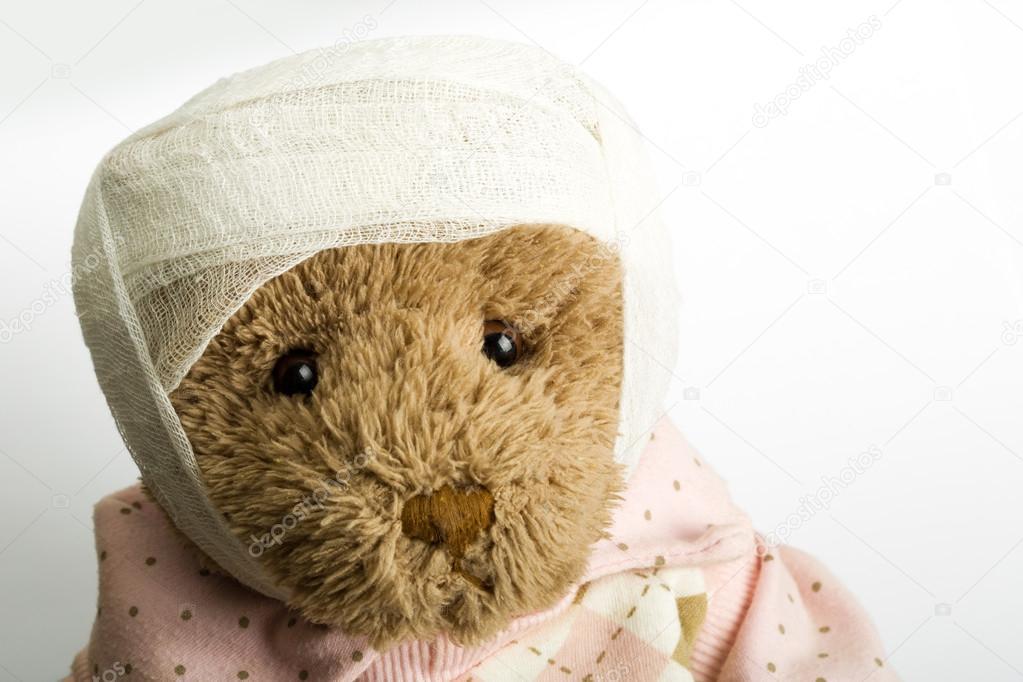 Teddybär mit Bandage auf dem Kopf — Stockfoto © Nomadsoul1 #12558141