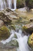 cascata che scorre lungo una valle