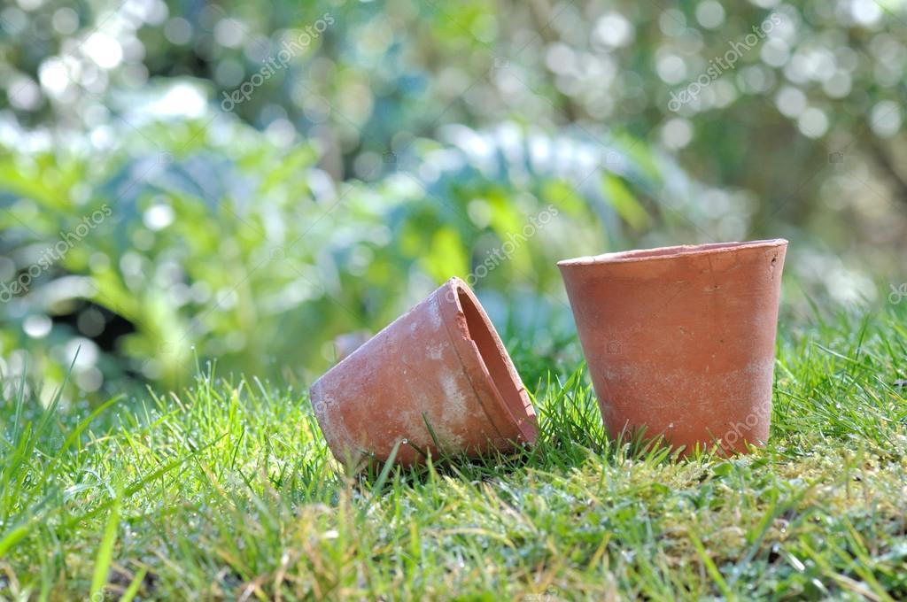 Vecchi vasi di terracotta in giardino foto stock for Vasi in terracotta prezzi