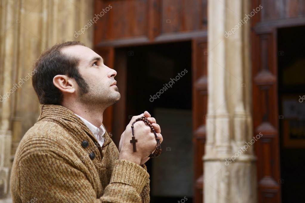 Resultado de imagem para rezando o terço homem