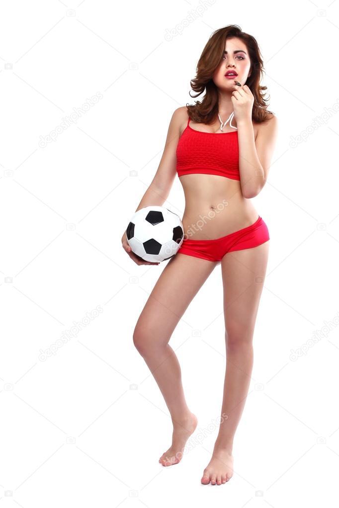 ab98c13ce9be5 Hermosa mujer sosteniendo una pelota de fútbol sobre fondo blanco — Foto de  Stock