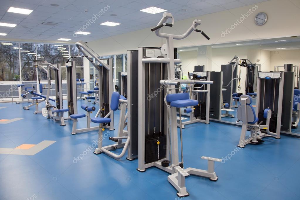intérieur d\'une salle de sport moderne — Photographie gdolgikh ...