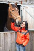 mladá žena s koněm