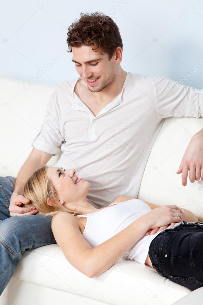Красивая пара на диване