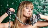 Fotografie Frau mit Eisenkette