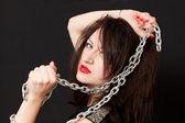 Frau und eine Stahlkette