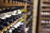 Fotografie vinný sklep plný lahví vína