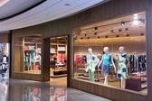 Boutique zobrazit okno s panáky v módní šaty
