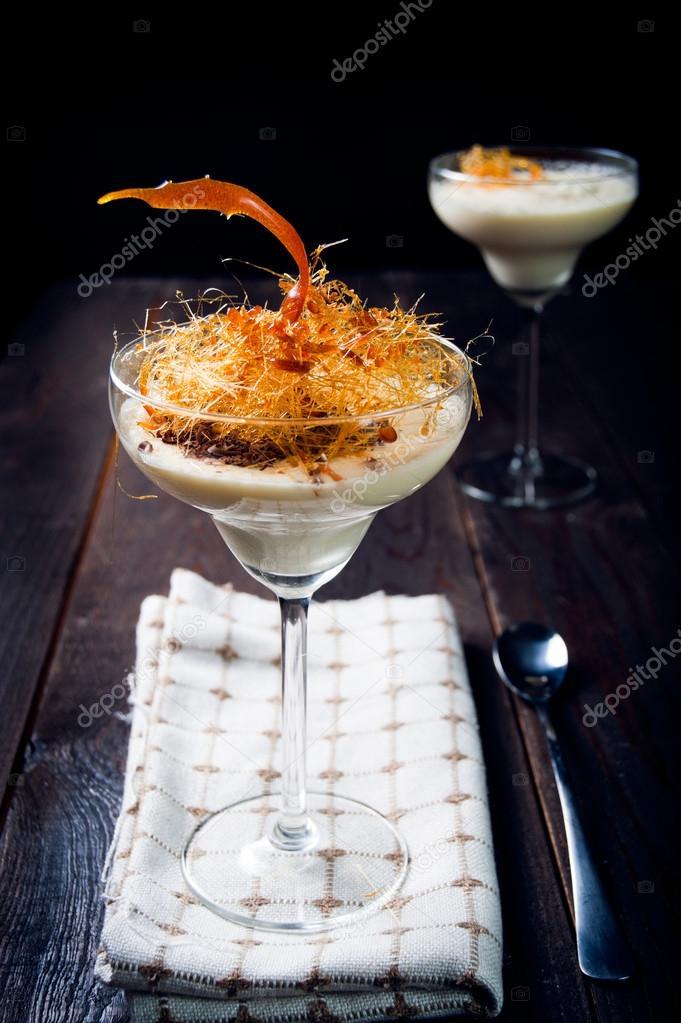 Delicate Mousse Au Chocolat Blanc Avec Decoration Au Caramel