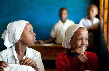 kinazini, kenya - 12 Temmuz: tanımlanamayan Afrikalı çocuklara gösterilen