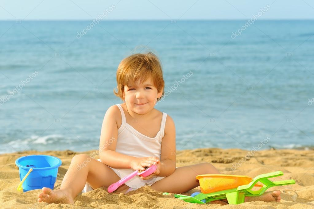Фото на пляже с игрушками