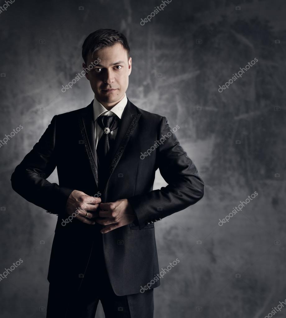 gut aussehender Mann im schwarzen Anzug. Hochzeit Bräutigam Mode ...