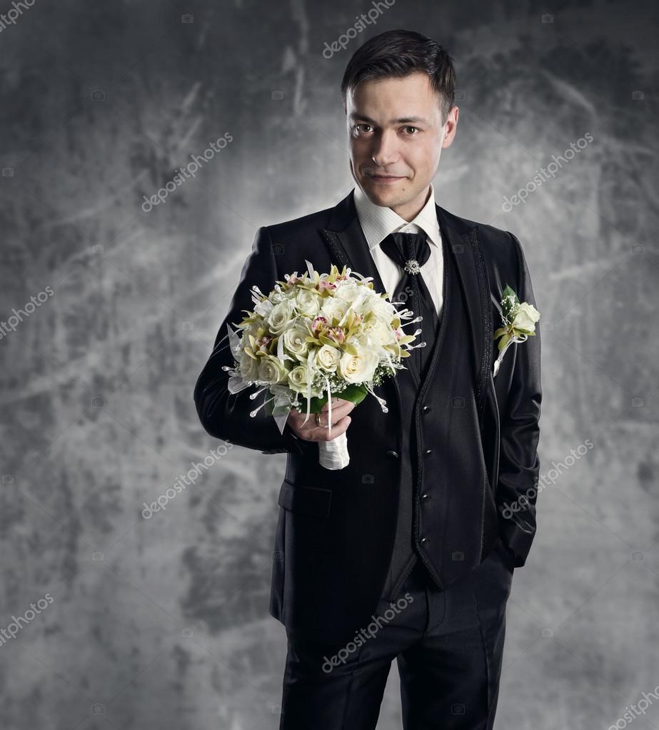 Mann im schwarzen Anzug mit Blumen Bouquet. Hochzeit Bräutigam Mode ...
