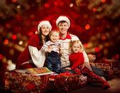 Weihnachten-Familie von vier Personen glücklich lächelnd über rote backgroud