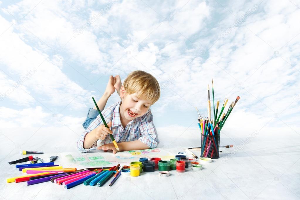 pincel pintando. niño pintando con pincel de color un lote herramientas dibujo. artista creativo