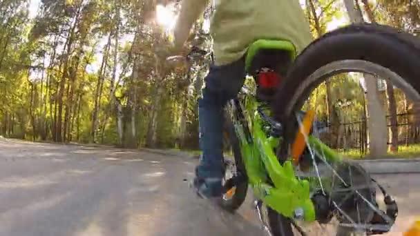 mladík jedoucí na kole na podzimní den