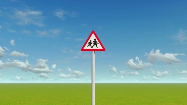 Evropská škola, přes silniční varovný signál. mraky časová prodleva.
