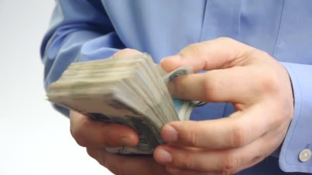 podnikatel počítá peníze v rukou