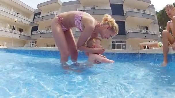 matka se svými syny v bazéně